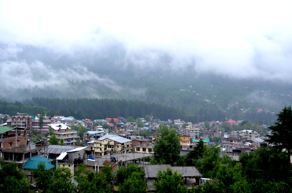 Manali Valley.... Covered with clouds